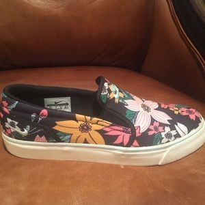 Nike Women's Navy Floral Slip On Sneakers SZ 9.5